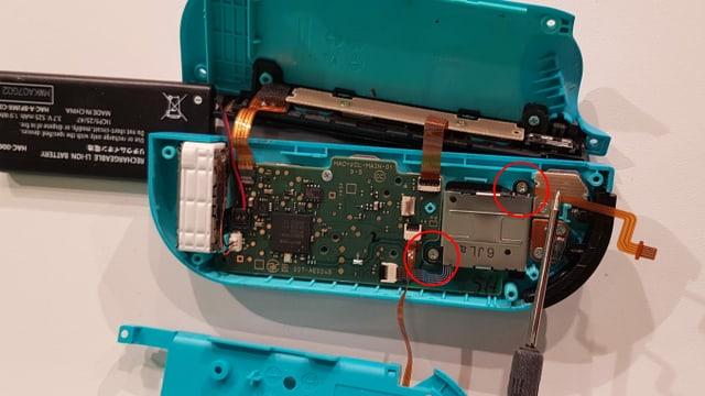Nur noch 2 Schrauben lösen und die entsprechenden Kabel trennen, schon kannst du deinen Joystick auswechseln.
