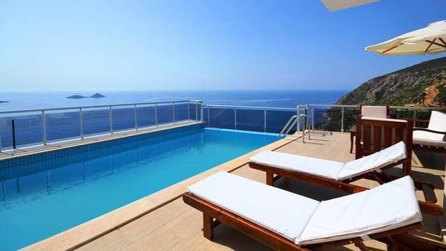 Liegestühle an einem Pool am Meer.
