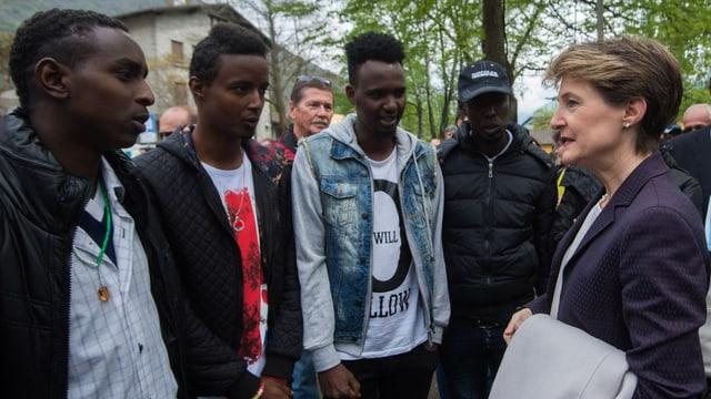 Simonetta Sommaruga spricht mit Eritreern.