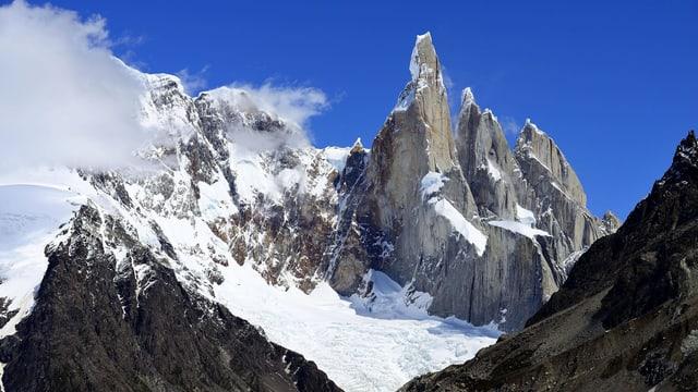 Ein spitzige Felsnadel überdeckt mit Schnee und Eis.