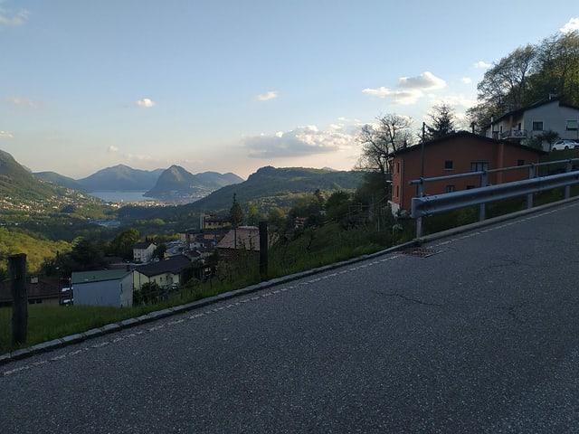Blick von den Bergen hinunter nach Lugano mit dem See.