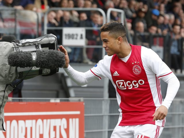 Kluivert jubelt in eine Fernsehkamera