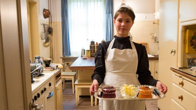 Lisa-Maria mit Tablett in Küche