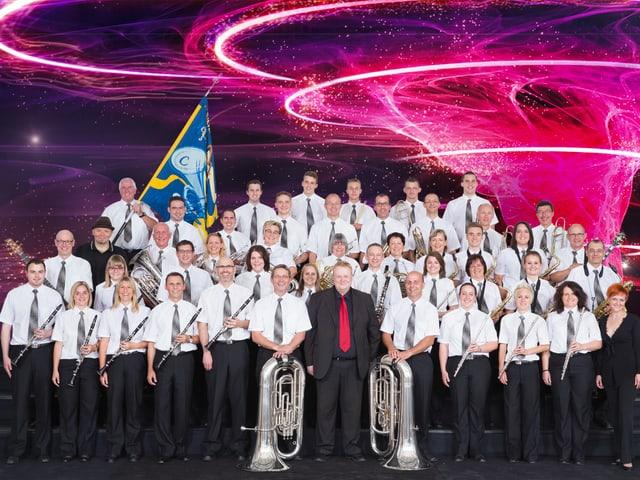 Die Melodia Goldach in Weissen Hemden mit Fahne