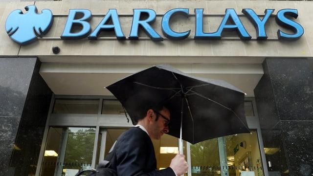 Um cun parasol avant ina banca da Barclays.