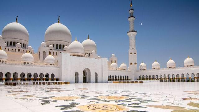 Der Innenhof der Moschee ist mit Blumenmuster verziert.