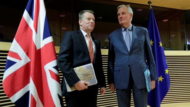 Frost und Barnier stehen jeweils neben ihren Landesflaggen.