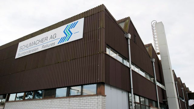 Sicht auf eine Fabrikhalle der Buchbinderei Schumacher.
