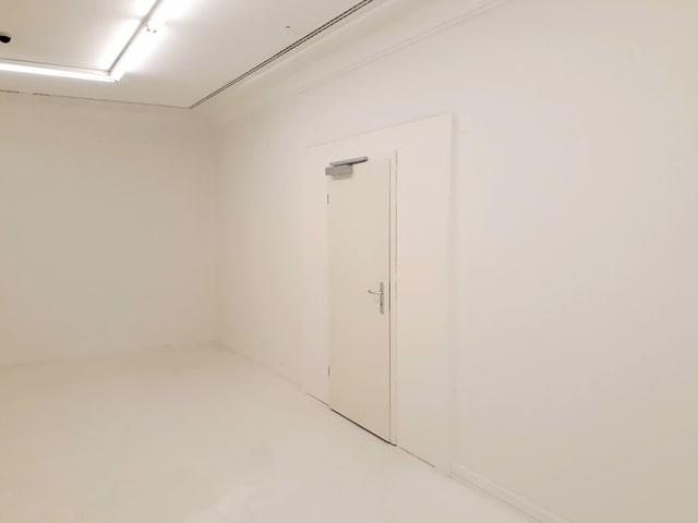 Eine weisse Tür.