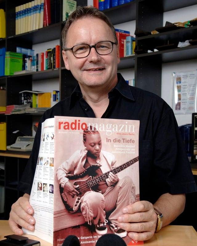 Witschi hält Zeitschrift «Radiomagazin» in Händen.