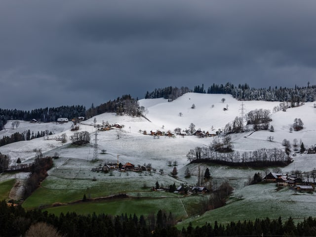 Weisse Emmentaler Hügel, unten saftig grüne Matten.