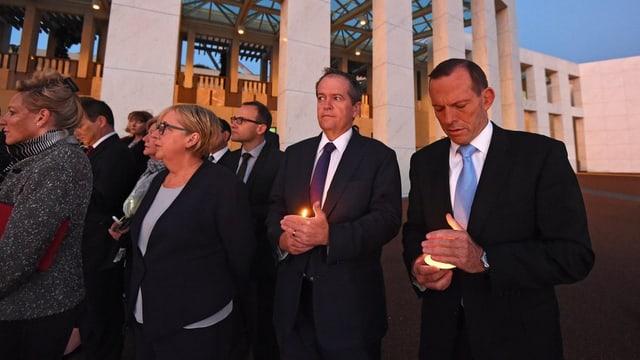 Represchentants dal parlament australian cun chandailas enta maun.