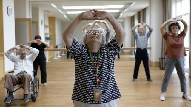 Chinese Rentner machen Gymnastik
