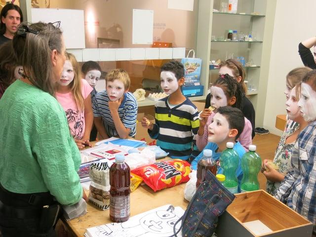 Meris Schüpbach bespricht mit Kindern den Auftritt.