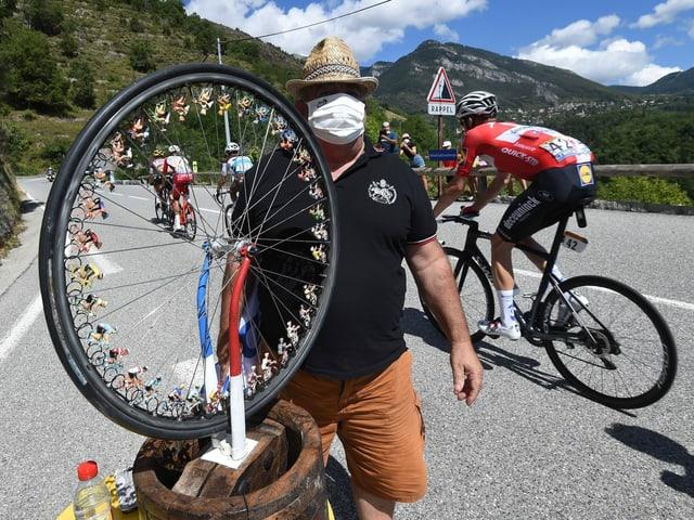 Ein Zuschauer bei der Tour de France trägt eine Maske.