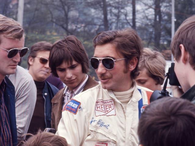Jo Siffert beim 1000 km-Rennen in Spa-Francorchamps 1971. Links im Bild der Freund und Journalist Jacques Deschenaux.