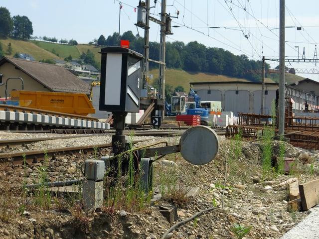 Bahntechnik, alt und rostg mit Bahngleisen.