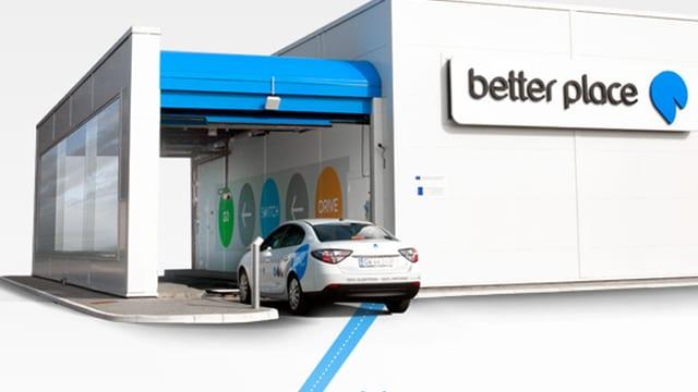 E-Auto vor einer Better-Place-Tankstelle.