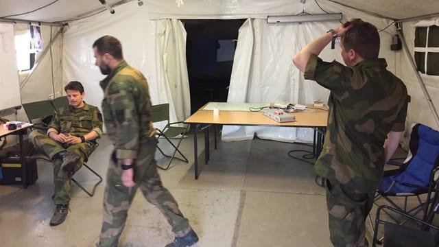Soldaten in einem Zelt.