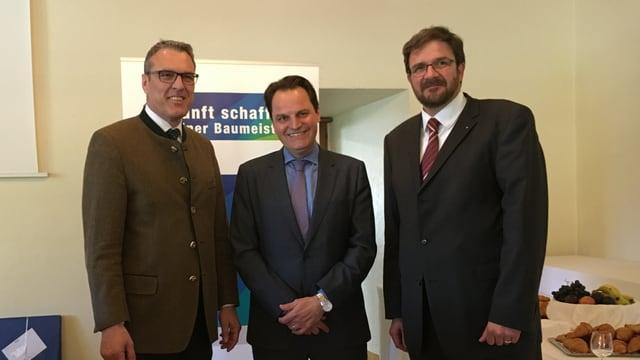 Il maletg mussa ilmainafatschenta dals impressaris grischuns Andreas Felix, il schurnalist d'economia Jens Korte ed il president dals impressaris grischuns Markus Derungs.