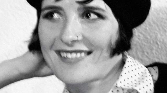 Ein Foto von Lilli L' Arronge. Sie trägt einen Nasenring und einen Pagenschnitt.