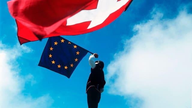 Fahnenschwinger mit Europa- und Schweizerfahne