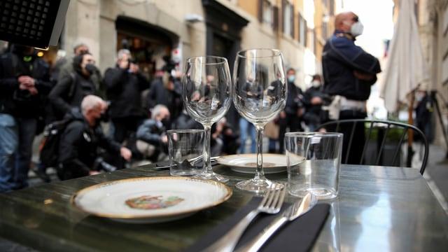 Ein vor dem Restaurant gedeckter Tisch.
