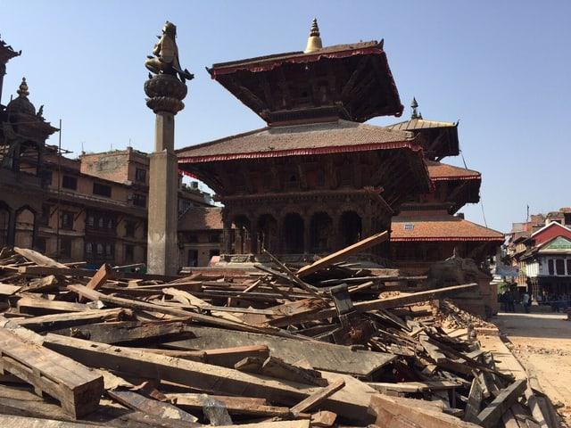 Durbar Platz in Kathmandu, im Vordergrund liegen Überreste des kaputten Holz-Tempels.