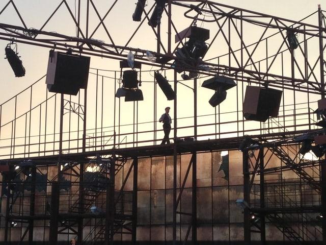 Peter Bernhard oben auf dem Bühnenbild.