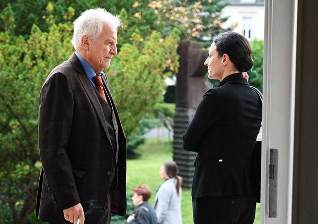 Auch Claudine Perez (Brigitte Urhausen) will Cheffin der Hilfsorganisation werden. Sie versucht andere Vorstandsmitglieder von sich zu überzeugen.