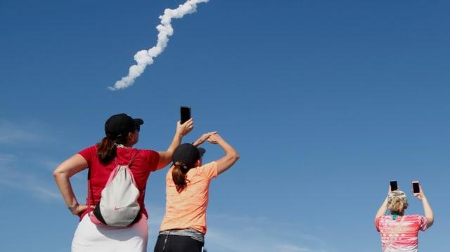 Menschen fotografieren den Raketentest in Kalifornien.