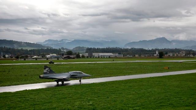 Ein Gripen startet vom Militärflugplatz Emmen.