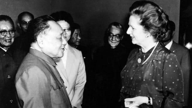China Staatschef Deng Xiaoping und Premierministerin des Vereinigten Königreichs Margaret Thatcher schauen sich an uns sprechen.