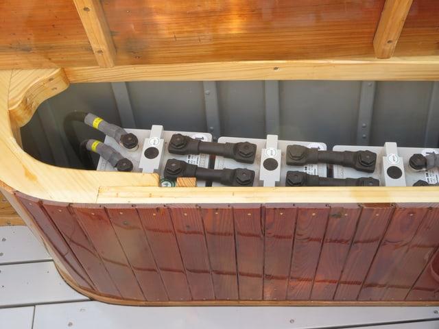 Autobatterien in Holzkiste auf Boot