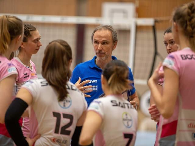 Volleyballerinnen und Trainer von Aesch-Pfeffingen.