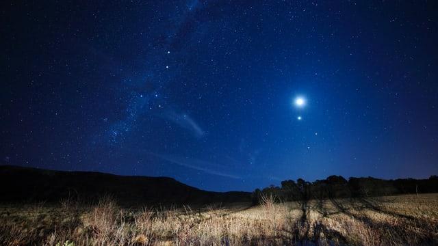 Ein Sternenhimmel über einen Feld.
