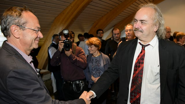 Luc Recordon (sanester) gratulescha al nov elegì Olivier Français da la Partida liberaldemocratica.