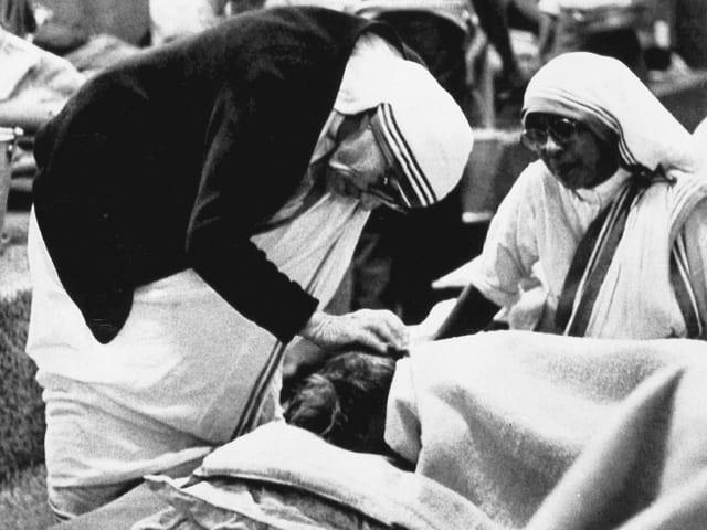 Mutter Teresa pflegt einen Kranken.