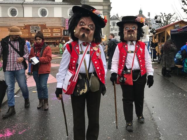 Zwei Älpler in Appenzeller Tracht.