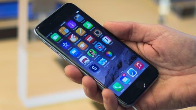 Jemand hält ein iPhone 6 in der Hand.