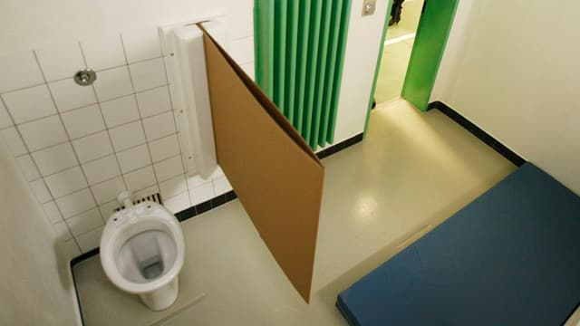 Ein Zelle mit Matraze und WC.