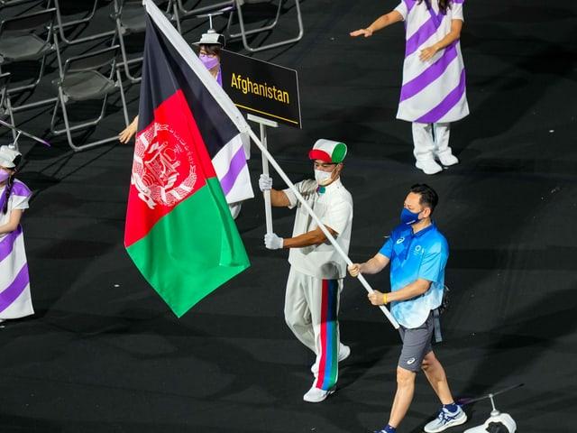 Die Flagge Afghanistans wurde bei der Eröffnungsfeier am Dienstag von einem Volunteer ins Stadion getragen.