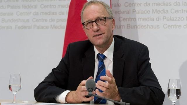 Peter Hegglin, Zuger Regierungsrat und Präsident der Finanzdirektoren am Rednerpult.