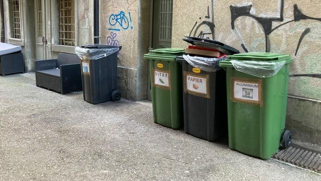 Vier Contaier, keiner ist für Grünabfälle.