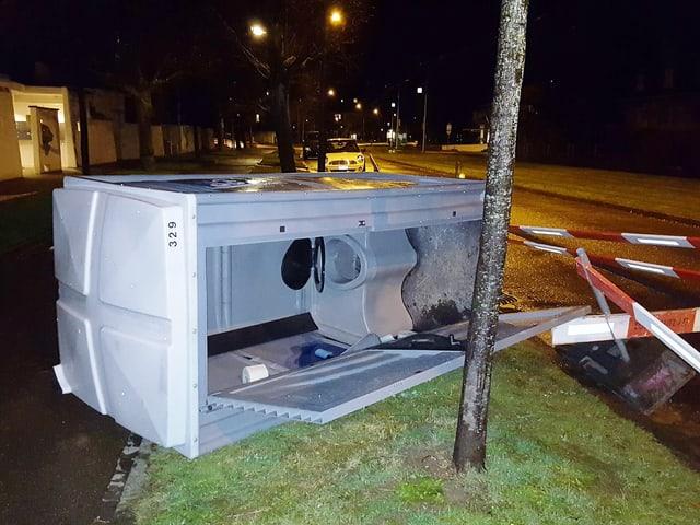 Ein Baustellen WC alias Toitoi wurde vom Wind umgeworfen und liegt mit geöffneter Tür auf dem Trottoir.