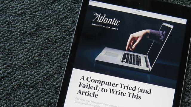 Screenshot eines Bildes, das eine Hand und einen Computer zeigt.