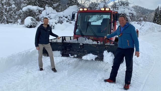 Hannes Mayer responsabel passlung dal club da skis Scardanal Panaduz e dretg il maschinist Remo Camenisch