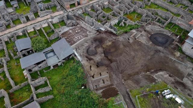 Luftaufnahme einer Grabungsstätte in Pompeji.