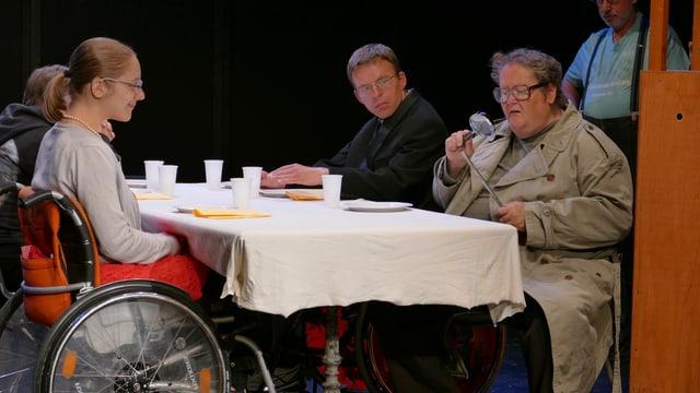 Leute sitzen am Tisch