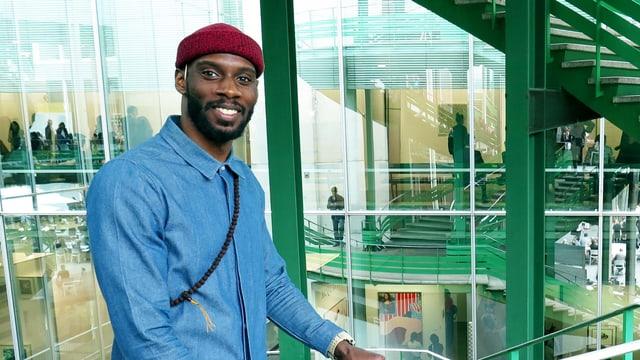 Ein Mann steht an einer grünen Treppe